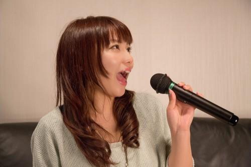 https---www.pakutaso.com-assets_c-2015-05-NKJ52_karaokeutauonnanoko-thumb-1000xauto-15422 (1)