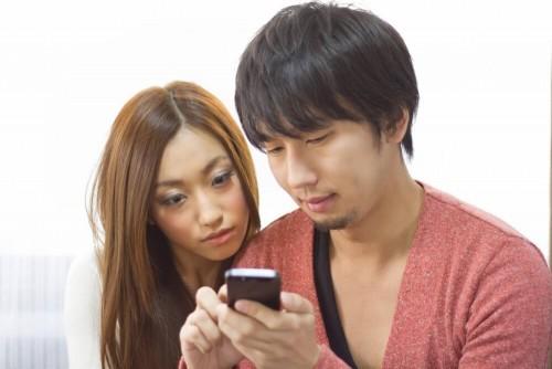https www.pakutaso.com assets c 2015 05 C777 iphonewomiserukoibito thumb 1000xauto 14875 1 500x334 - 元カレの脈ありサインをメールの内容やLIneで見極める3つの方法