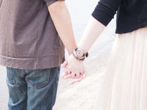 cb36a976fa6ae24fbf407a7b66271322 s 1 500x375 - 付き合う前なのに恋人繋ぎしてくる男性心理を3つのケース別に解説