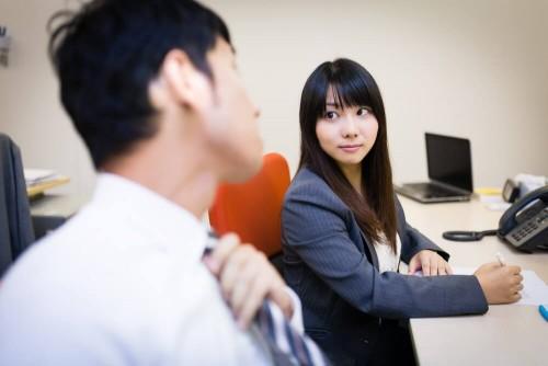 https www.pakutaso.com assets c 2015 06 AL1024kyuntosuru20140830131941 thumb 1000xauto 17549 1 500x334 - 職場内の彼女がいる男性を好きになってしまった時の対処法
