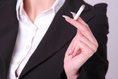7d43a0ada1c2f41f48fbdcd8424ba7c1 s 1 500x334 - 喫煙する女性は恋愛対象外?タバコを吸う女性を嫌う男性心理
