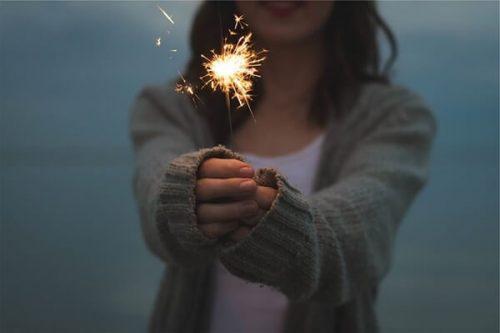 sparkler 677774 640 500x333 - 恋人繋ぎを女性からするには?自然に手を繋ぐ簡単な方法とベストタイミング